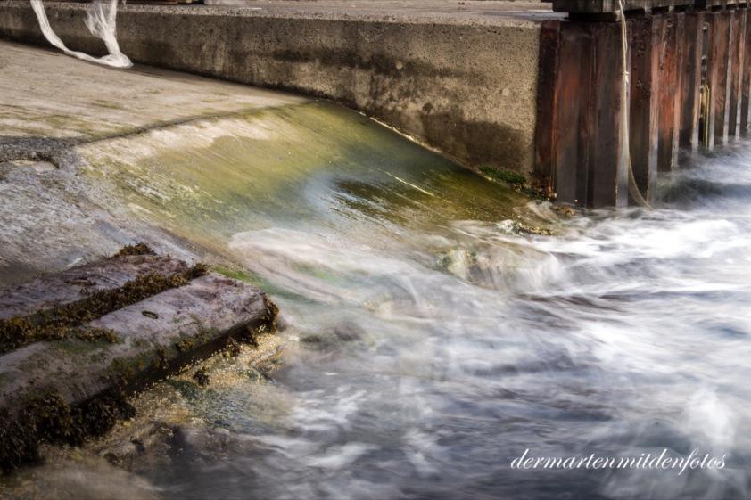 Bewegtes Wasser auf der Bootsauffahrt und eine plastiktüte die durch das bewegte wasser auch so wie wasser aussieht_readytoupload
